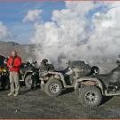 Offroad SSW Quadtouren: Wolkenfetzen ragen bis über die Berggipfel hinaus – atemberaubende Aussichten auf dem Monte Jafferau