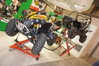 OMCROP: zweiteilige Hebebühnen, mit denen auch ausgewachsene UTVs und Side-X-Side-Fahrzeuge in Service-Stellung gebracht werden können