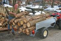 Holz: kann und darf befördert werden mit Baumgartners Spezial-Anhänger