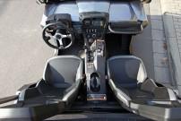 Cockpit: In der Mittel-Konsole informiert ein Display mit angeschlossener Rückfahr-Kamera über alles, was hinter dem Fahrzeug geschieht