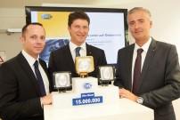 Stefan Maierhofer, Thomas Hiebaum und Manfred Gerger präsentierten das 15-millionste Exemplar dem Anlass entsprechend in Gold