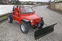 Hydraulik für den Buggy 800 von Quadix: hebt im Winter das Schneeschild und bedient den Holzspalter im Sommer