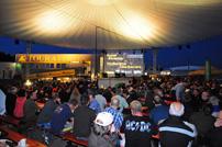 Touratech, Travel-Event: Die abendlichen Vorträge gehören zu den Höhepunkten beim Touratech Travel-Event. Vom 14. bis 16. Juni wird zum zehnten Mal am Firmensitz in Niedereschach gefeiert