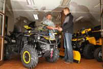 Chris Sachse: erhält als Can-Am Markenbotschafter den Schlüssel seiner brandneuen Can-Am Outlander 1000 MAX XT-P von Can-Am-Händler Nico Schulze