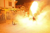 Quadtreffen 2013 in Pullman City in Eging am See: Performance-Show vom Feuerspucker lichttechnisch in Szene gesetzt