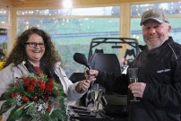 Can-Am Gewinnspiel: Sandra Böhmer aus Bad Griesbach nimmt bei HP Geländewagentechnik in Bad Kötzting die brandneue Can-Am Outlander 1000 MAX Limited entgegen, die sie auf den Can-Am Offroad Days gewonnen hat