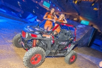 Night of the Jumps 2018:Maxxis Babes stehen auf Stunt-Buggy