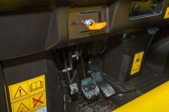 John Deere Gator XUV 835M: einfache Bedienung durch zwei Pedale