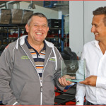 Arctic Cat Dealer of the Year 2014: Renato Heinrich (links) von der RAL Handels GmbH übernimmt die Trophäe einmal wieder von Klaus Mairoser für den österreichischen Markt